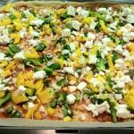 Gemüse und Käse auf Pizza