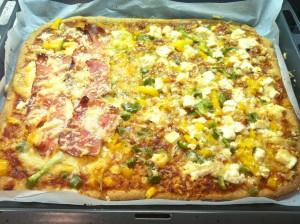 Dinkelpizza mit Gemüse und Schinken